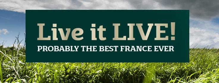 "Ekträd, gräs och skylt ""Live it Live"""